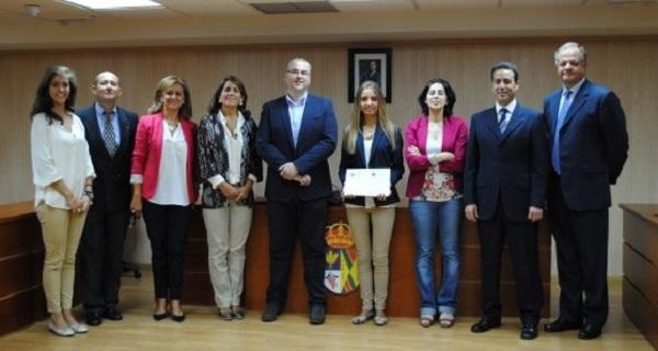 becas excelencia villanueva del pardillo e1443780817143 Celia Martínez de Velasco de Villanueva del Pardillo, recibe la beca a la Excelencia Académica