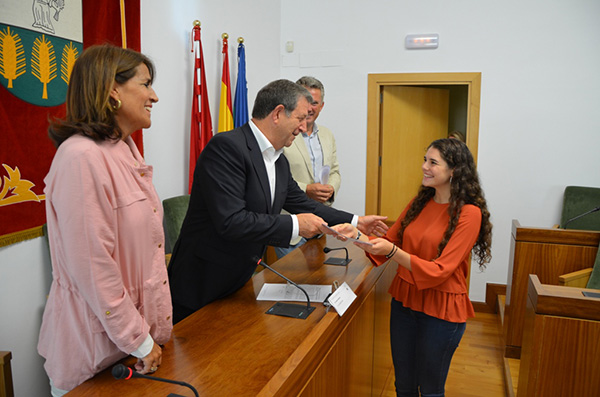 f3 beca excelencia ufv 2016 La UFV hace entrega de una beca de excelencia en el Ayuntamiento de Villanueva de la Cañada
