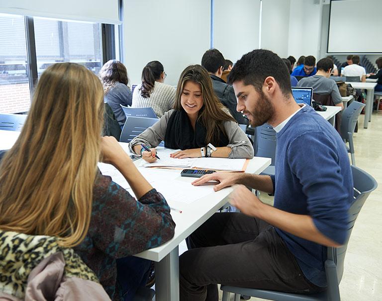 alumnos grado estudiando ufv La Universidad Francisco de Vitoria impartirá el próximo curso 2021/2022 los nuevos grados en Nutrición Humana y Dietética, Educación Social e Ingeniería Mecánica Estudiar en Universidad Privada Madrid