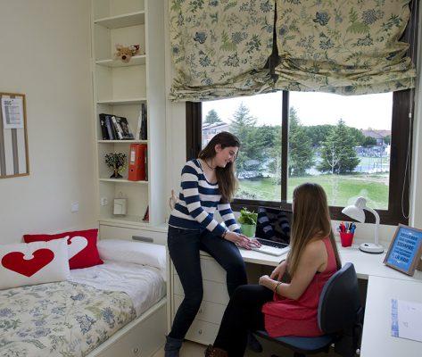 Habitación de chicas 473x400 Colegio mayor Estudiar en Universidad Privada Madrid
