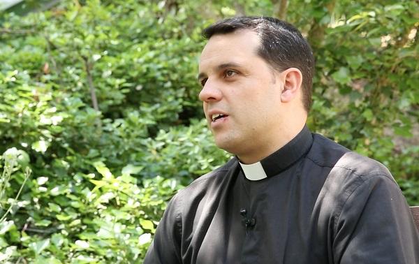 Padre Julian Lozano El P. Julián Lozano reflexiona sobre cómo comunicar el mensaje de la Iglesia a través de los medios digitales