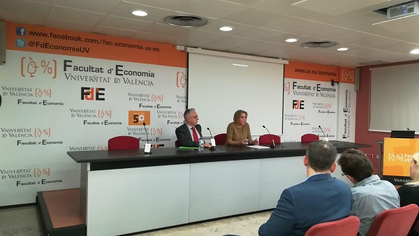 Profesora Gloria Claudio La profesora Gloria Claudio imparte la conferencia de clausura de los Encuentros de Política Económica en la Universidad de Valencia