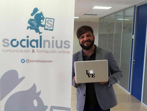 Chema Nieto alumni de la UFV forma su propia empresa Socialnius una agencia de Marketing Digital que ayuda a las empresas a dar a conocer su marca a su público objetivo Chema Nieto, alumni de la UFV, forma su propia empresa, Socialnius, una agencia de Marketing Digital que ayuda a las empresas a dar a conocer su marca a su público objetivo