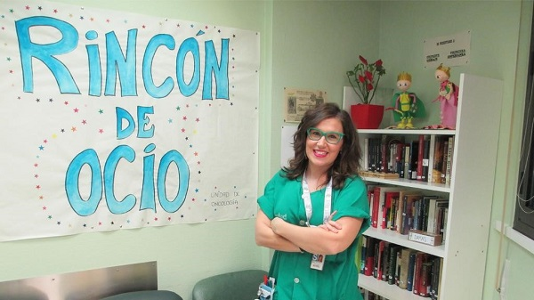 Ex alumni de enfermeria marta Marta Ramos, Alumni de Enfermería, ha llevado a cabo un proyecto que quiere humanizar y mejorar la experiencia de los pacientes en la planta de oncología