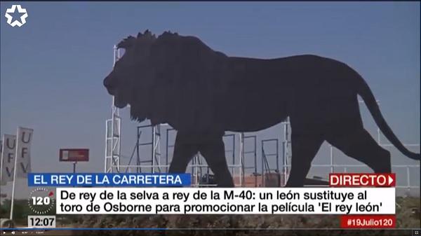 rey leon De rey de la selva a rey de la M40. Un león ubicado en la Universidad Francisco de Vitoria promociona la película El rey león