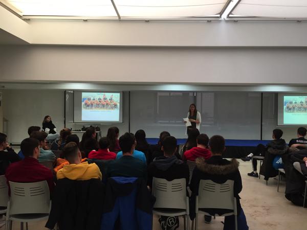 125 1 Veva Tapia, única jugadora en participar en un mundial de baloncesto a pie y en silla de ruedas, comparte su experiencia con los alumnos de CAFyD UFV