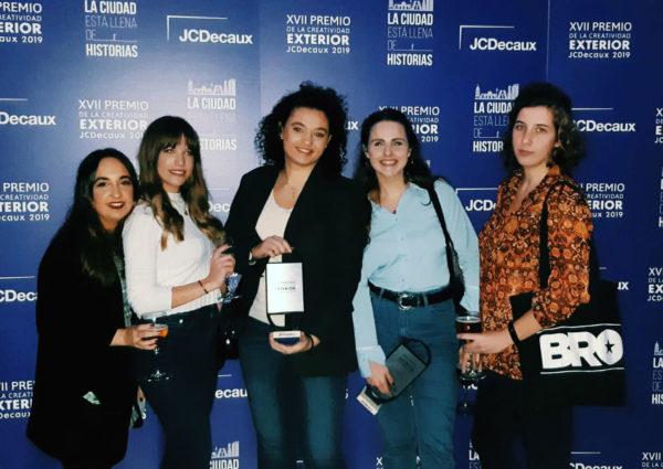 Arancha Piedra junto al euqipo de TBWA 1 e1575991508703 Premios JCDecaux galardona un proyecto de  la alumni UFV Arancha Piedra Estudiar en Universidad Privada Madrid