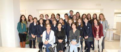 mujer y niña ciencia centro deportivo 403x174 Oficina de Transferencia de Resultados de Investigación (OTRI) Estudiar en Universidad Privada Madrid