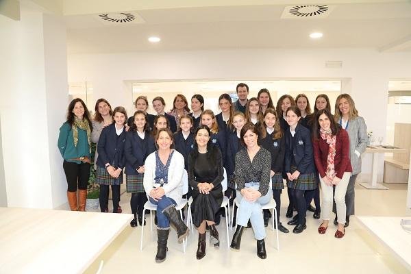 mujer y niña ciencia centro deportivo Varias investigadoras de la UFV charlan con alumnas del Colegio Highlands los Fresnos sobre ciencia Estudiar en Universidad Privada Madrid