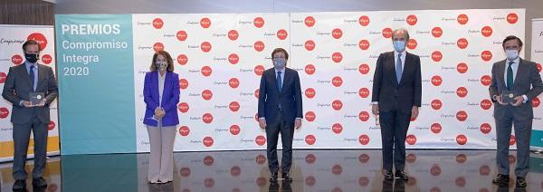 Foto familia Premio Compromiso Integra 2020 Formacion y Voluntariado  Fundación Integra reconoce con el Premio al compromiso con la formación y el voluntariado a la Universidad Francisco de Vitoria Estudiar en Universidad Privada Madrid